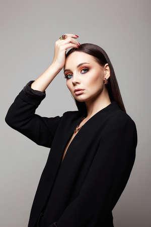 fashion portrait of Beautiful sexy woman in jewelry. gold jewelry on brunette sexual girl 免版税图像