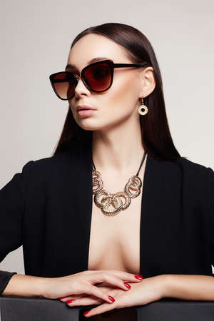 fashion portrait of Beautiful sexy woman in sunglasses and jewelry. beauty girl in gold 免版税图像 - 165040134