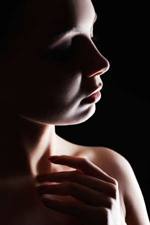 Beautiful Woman silhouette in the dark. Pretty girl art portrait 免版税图像