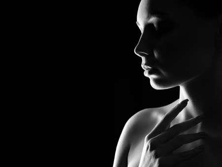 Beautiful Woman silhouette in the dark. Pretty Girl. Black and white art portrait 免版税图像