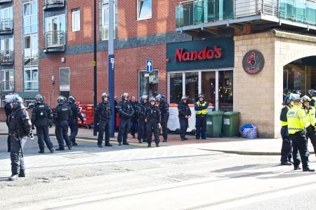 Sheffield, Royaume-Uni - Juin 8, 2013 - inspecteur de police Femme commandant le cordon de la Ligue anglaise et le Royaume-défense contre le fascisme protestation Banque d'images - 20121112