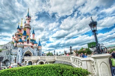 디즈니 성 및 밝고 화창한 날에 다리