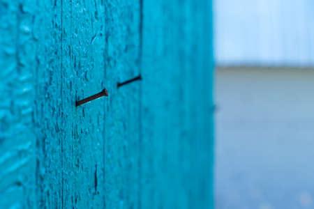 uñas pintadas: Uñas oxidadas en la pared de madera desgastada, pintura descascarada Foto de archivo