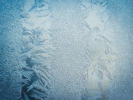 Vacances d'hiver Saison Fantasy World Concept: Image macro d'une fenêtre en verre givré bleu motifs de glace naturelle avec espace de copie Banque d'images