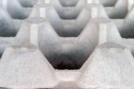 Una bandeja de cartón de huevos de fibra de pulpa moldeada biodegradable vacía. Foto de archivo