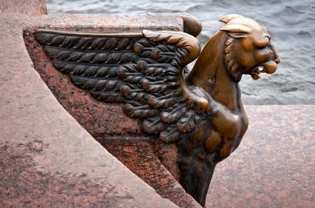 leon alado: Griffin - le�n con alas de bronce en el terrapl�n de la Universidad frente a la Academia de las Artes de San Petersburgo, Rusia