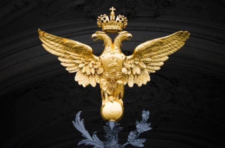 aguila real: Double Eagle - Emblema de Rusia en la puerta del Palacio de Invierno en San Petersburgo Editorial