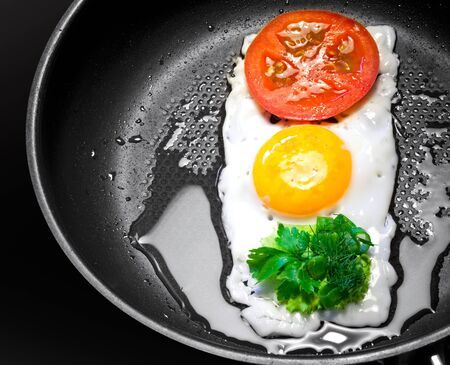 regulate: Original breakfast theme. Fried egg with tomato and greens in shape of Traffic Light in a frying pan