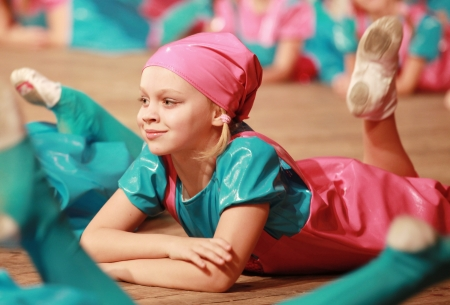 niños bailando: Niña en danza moderna en la etapa de ejecución baile Foto de archivo