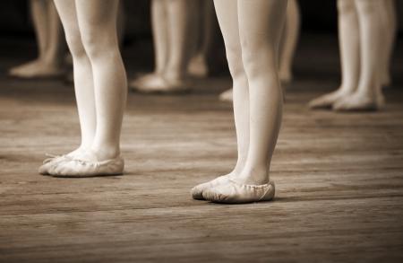 ballet: El fragmento de la escuela de ballet con las piernas de las ni�as de pointes