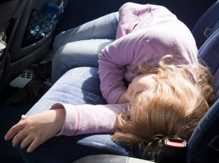 Маленькая девочка, спать в автобусе Фото со стока - 15747253