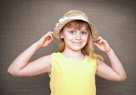 Retrato de una sonriente niña rubia con sombrero de paja Foto de archivo - 15747252