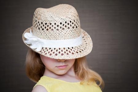Ni�a rubia con sombrero de paja Foto de archivo - 15747489