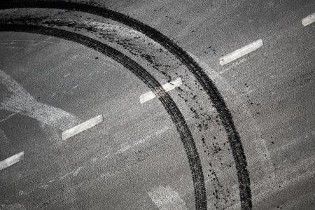 squeal: Strada Sfondo astratto con attraversamento di segnaletica stradale e pista pneumatici