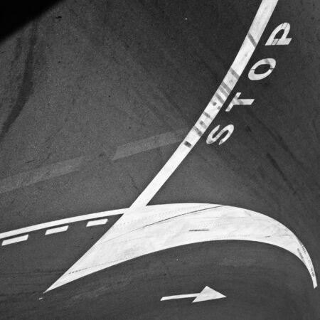 squeal: Marcatura originale con frecce, linee e testo su strada asfaltata Archivio Fotografico