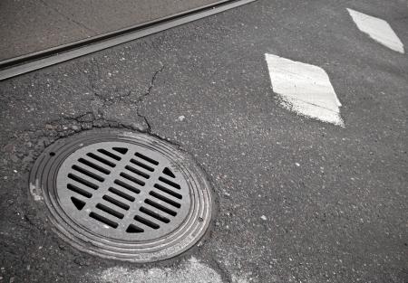 drenaggio: Canalizzazione tombino sul ciglio della strada Archivio Fotografico