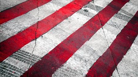 squeal: Fondo stradale con incrocio di rosso, bianco, segnaletica stradale e pista pneumatici