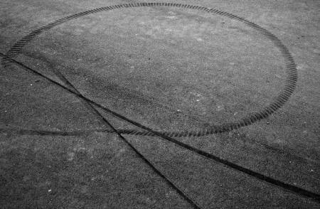 squeal: Tracce di frenata sulla strada asfaltata Archivio Fotografico