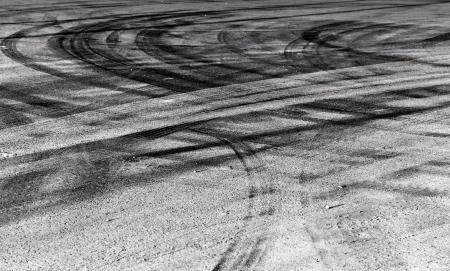 huellas de llantas: Fondo abstracto con la carretera cruce de neum�ticos pistas Foto de archivo