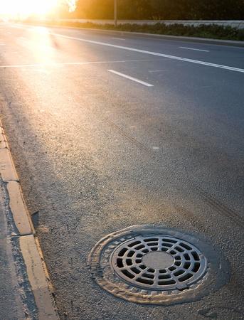 쇠 격자: 길가에 하수도 맨홀 뚜껑