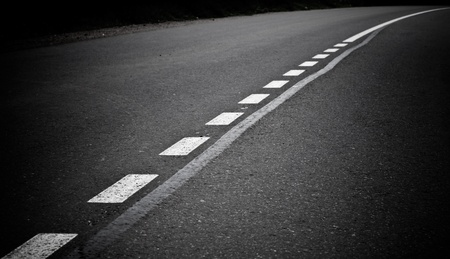 marking up: Volviendo carretera de asfalto oscuro con l�neas que marcan Close up foto