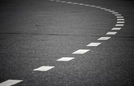 marking up: Volviendo carretera de asfalto con l�neas que marcan Close up foto