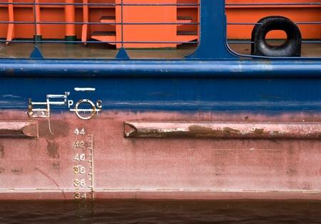 linea de flotaci�n: Buque de carga casco rojo con textura l�nea de flotaci�n Foto de archivo