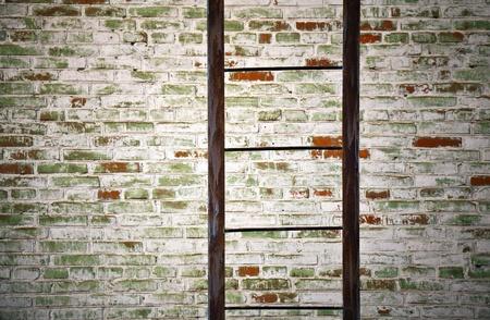 backstairs: Metallo vecchia scala con texture muro di mattoni primo piano dettagliato Archivio Fotografico