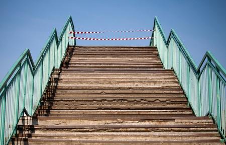 Estructura abstracta de hormig�n con pasos y que proh�ben las cintas a rayas rojas y blancas en el extremo photo