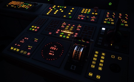tablero de control: Barco iluminado panel de control en la oscuridad Foto de archivo