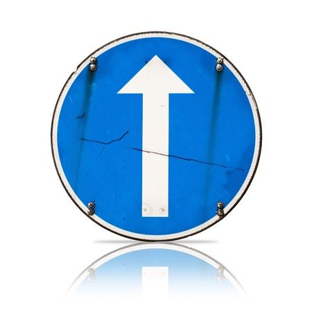 obedecer: Dirección recta, verdadera señal de ruta detallada aislado en blanco