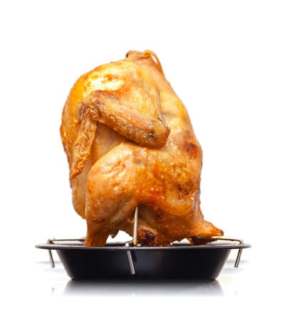 pollo rostizado: Pollo entero asado en cacerola de metal negro aislado sobre fondo blanco Foto de archivo