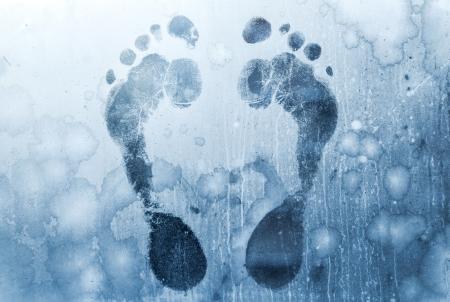 stay nice: Impresiones Hombre de pie sobre ventanas de cristal congelado Foto de archivo