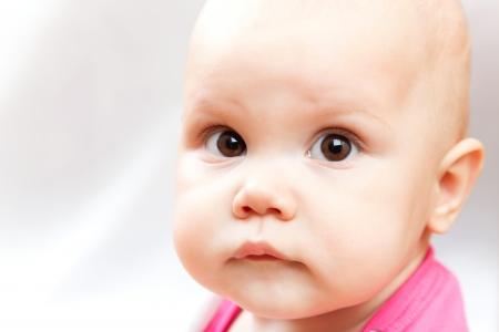 brown eyes: Poco triste marrón bebé de ojos retrato de estudio