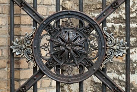 puertas de hierro: Elemento decorativo forjado la vendimia en la puerta de metal en la parte vieja de Tallin, Estonia