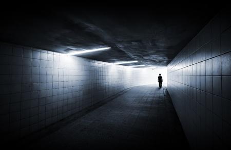 통로: 남자 네온 빛과 빛나는 끝이 지하 통로에 간다