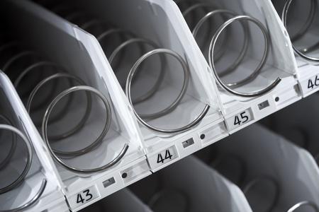 distributeur automatique: �tag�re vide de machine distributrice Banque d'images