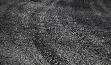 squeal: Piega pericolosa. Priorit� bassa astratta di strada con pneumatici traccia su asfalto