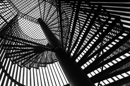 bajando escaleras: Metal Moderno escalera espiral detalles Foto de archivo