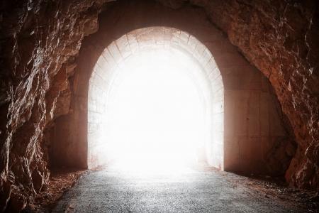 トンネル: 赤い岩の古いトンネルの白熱端 写真素材