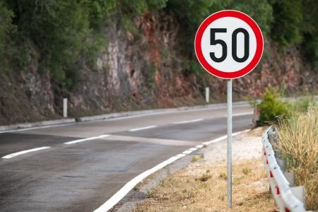 Round panneau routier de limite de vitesse sur la route de montagne