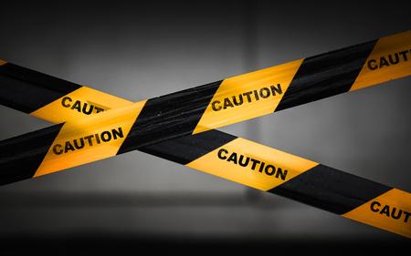 señales preventivas: Barrera cinta de precaución rayas negro y amarillo Foto de archivo