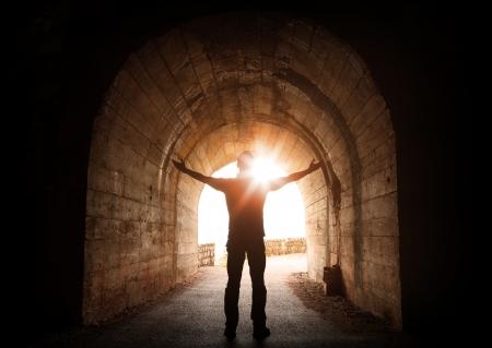 남자는 결국 빛나는 태양에 오래 된 어두운 터널의 내부 의미