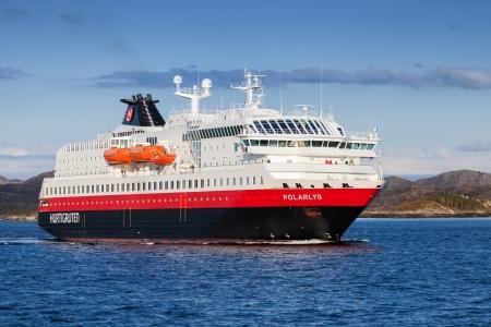 polar light: RORVIK, NORUEGA - 05 2013 Noruega pasajeros del crucero MS Polarlys entra en el puerto de Rorvik el 11 de mayo 2013 MS Polarlys, construido en 1996, Polarlys nombre es la palabra noruega para la luz polar Editorial
