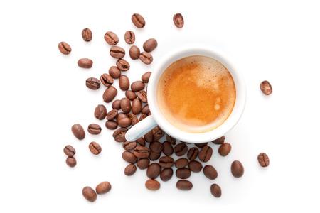 흰색 배경에 고립 된 커피 콩으로 작은 에스 프레소 컵 스톡 콘텐츠