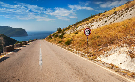 scheidingslijnen: Scheidingslijn en maximumsnelheid ondertekenen aan de berg snelweg Stockfoto