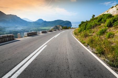 하늘과 바다 배경으로 돌고있는 산 고속도로 스톡 콘텐츠