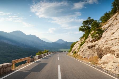 scheidingslijnen: Berg snelweg met scheidslijn in Montenegro