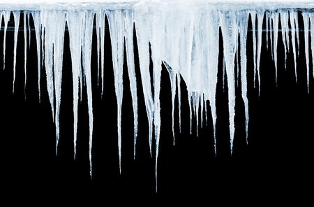 Gruppo di ghiaccioli appesi su sfondo nero