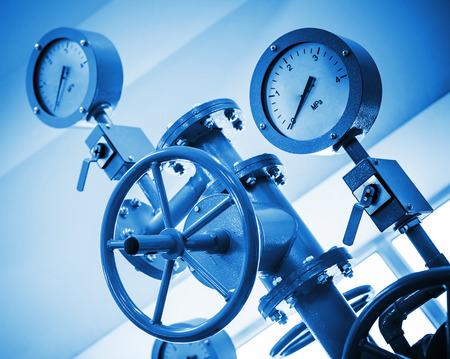 Industrieventil und Manometer an moderne Rohrleitungssystem Standard-Bild - 26589612
